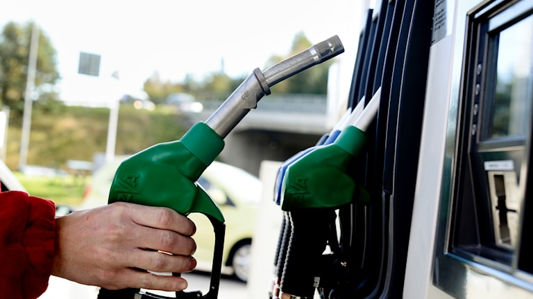 En bil tankas med bensin på en bensinstation