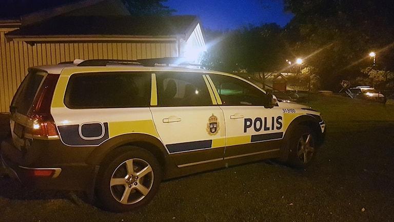 En polisbil utanför en förskola