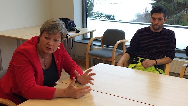 Arbetsmarknads- och etableringsminister Ylva Johansson, (S), sitter vid ett bord.