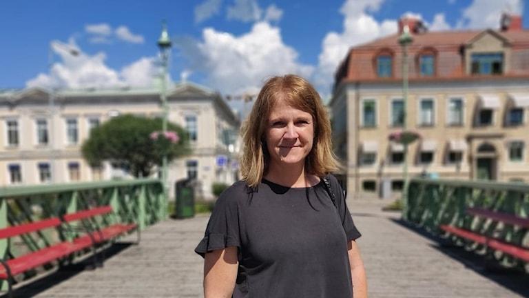 Karin Carlsson på en bro i Uddevalla