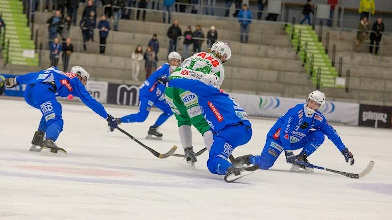 IFK Vänersborg försvarar sig.