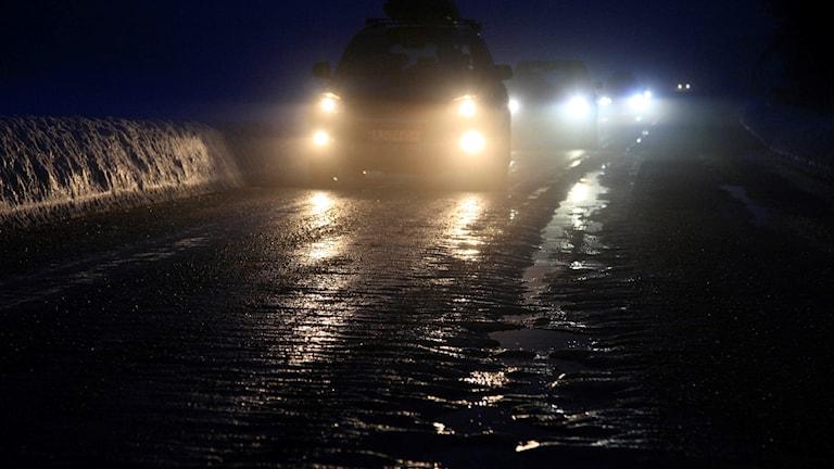 Bilar på landsväg i mörker.