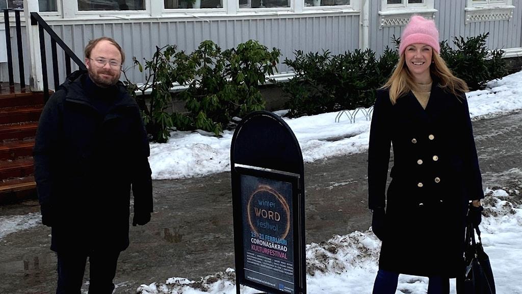 Dan Lindén och Tove Meyer står utanför kulturhuset i Strömstad