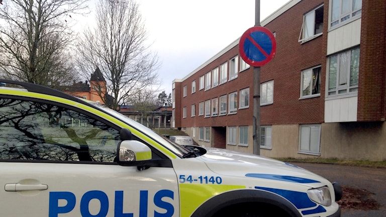 Polisbil vid byggnaden på Restad gård där det brunnit. Foto: Tommy Öster/Sveriges Radio