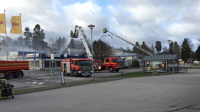Släckningsarbete efter brand i Lextorp