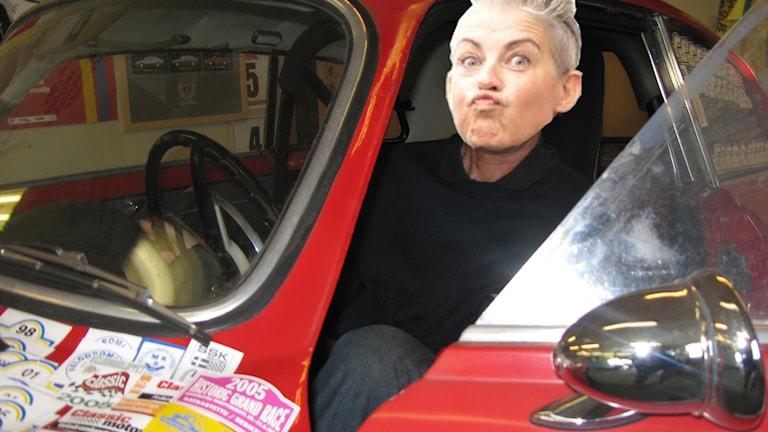 Bild på Therese McDonalds ansikte som är inkklippt i en racerbil.