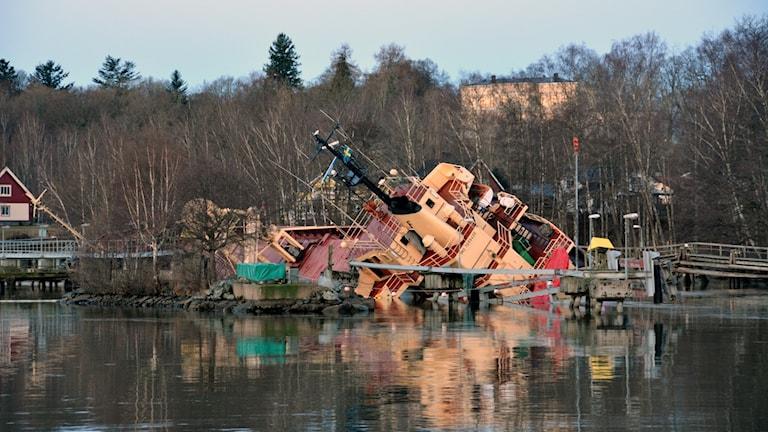 Lastfartyg har kraftig slagsida i Lilla Edet.
