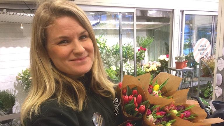 Bild på blomsterhandlaren Christine Líndén med tulpaner