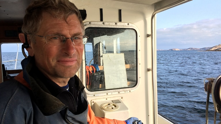 Ingemar Granqvist står på båten med vind i håret