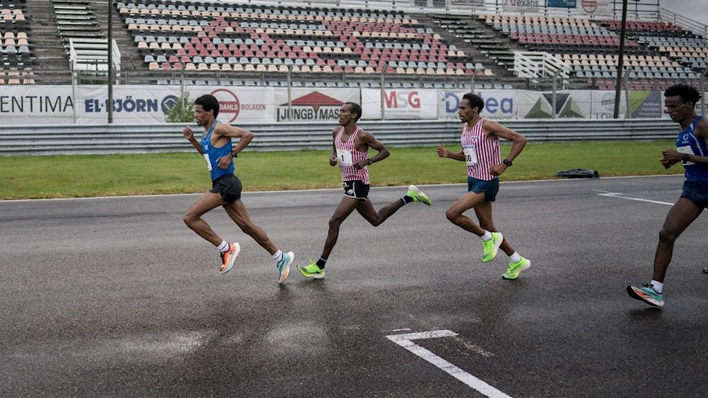 """Fr v Adhanom Abraha, Mustafa """"Musse"""" Mohamed (#1), Samuel Tsegay (#30) och Samuel Russom under SM i halvmaraton på Anderstorp motorbana, Scandinavian Raceway."""