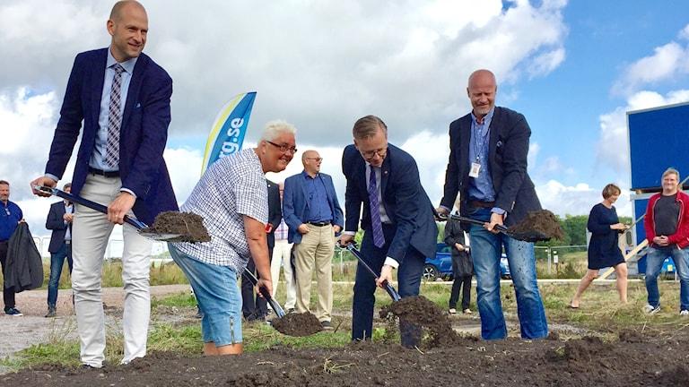 Martin Wänblom, Marie Dahlin (S), Mikael Damberg (S) och Martin Hellström tar första spadtag