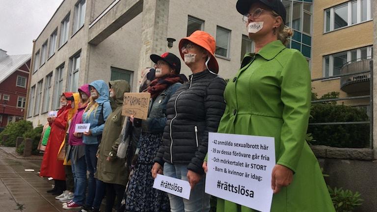 Manifestation utanför polishuset i Uddevalla.
