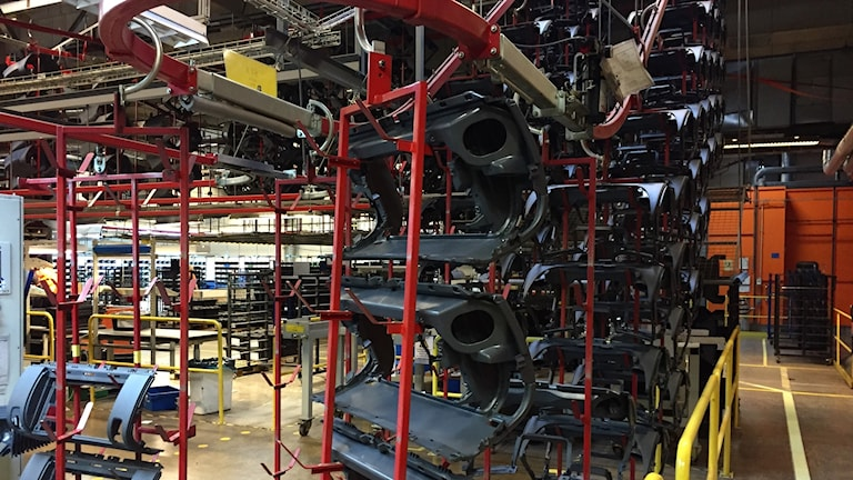 Plastdelar till fordon tillverkas inne i IAC:s fabrik i Färgelanda.