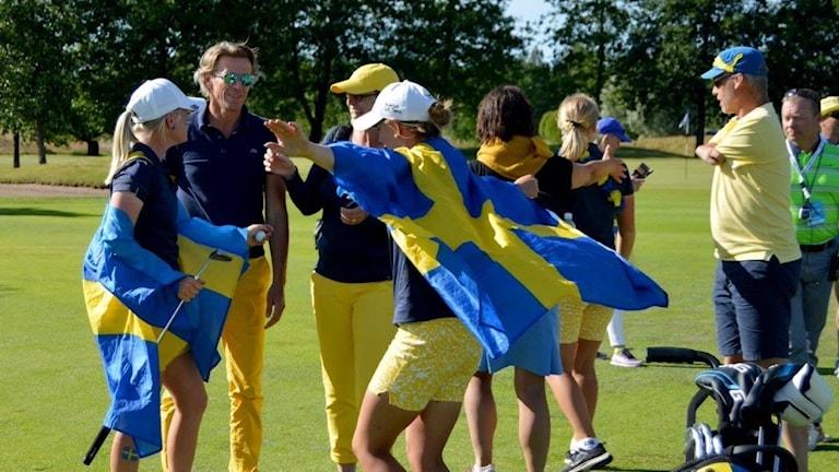 Svenska flicklandslaget i golf firar EM-guldet.