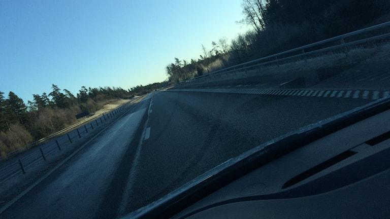 Bild på isbelagd väg fagen från förarpositionen.