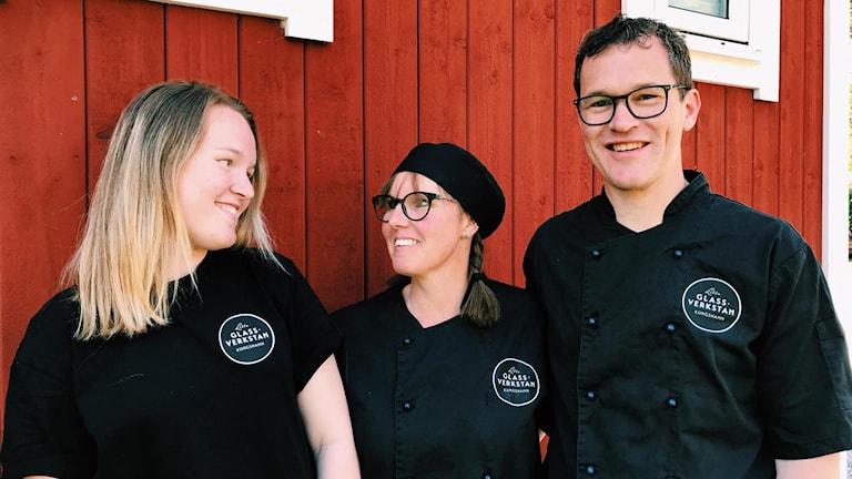 Porträttbild av Tilda, Tina och Martin Rokicki. De ler.