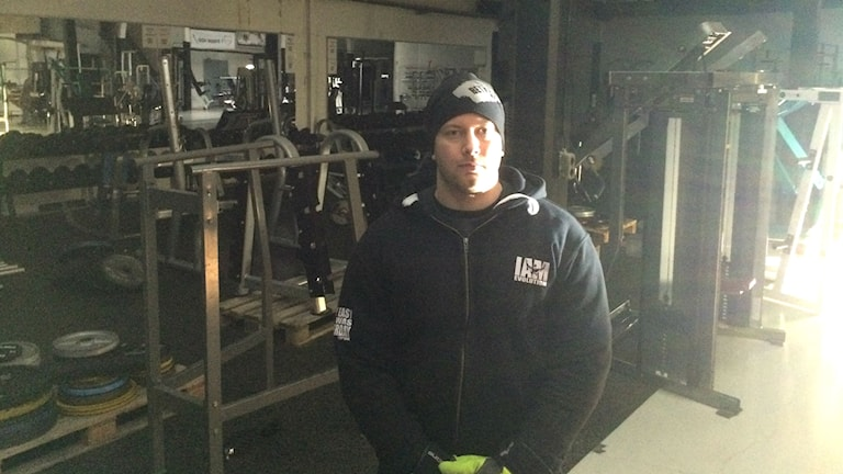 Man i mörk gym-lokal