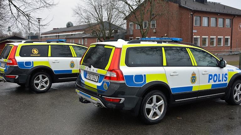 Två polisbilar vid Fuxernaskolan i Lilla Edet
