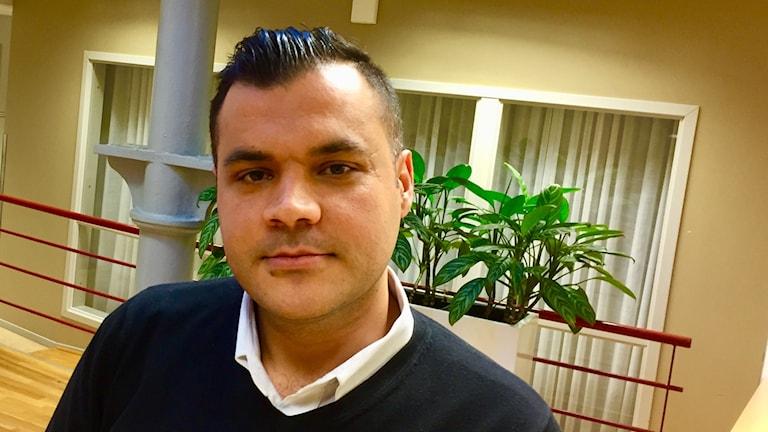 Lära sig bättre svenska och ta körkort är viktigt för Hassan Kikhia nu.