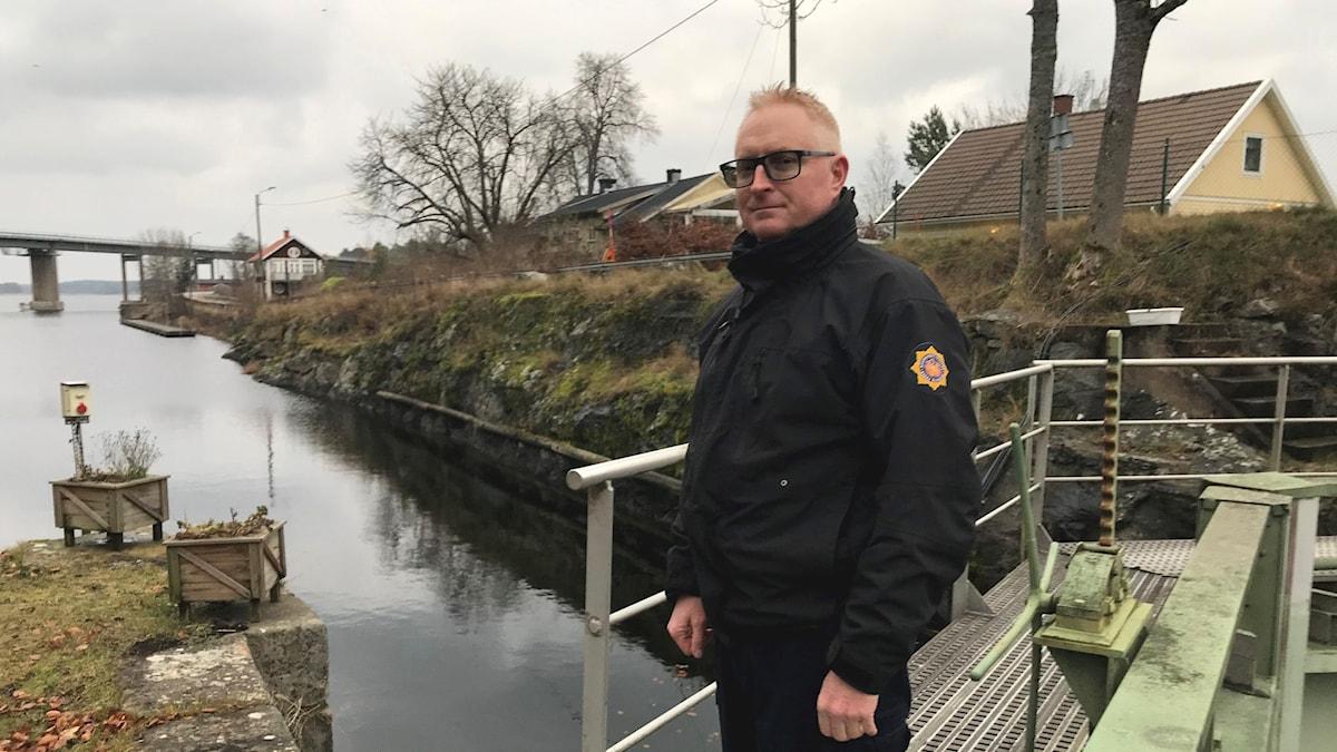 Man vid Dalslands kanal i Köpmannebro