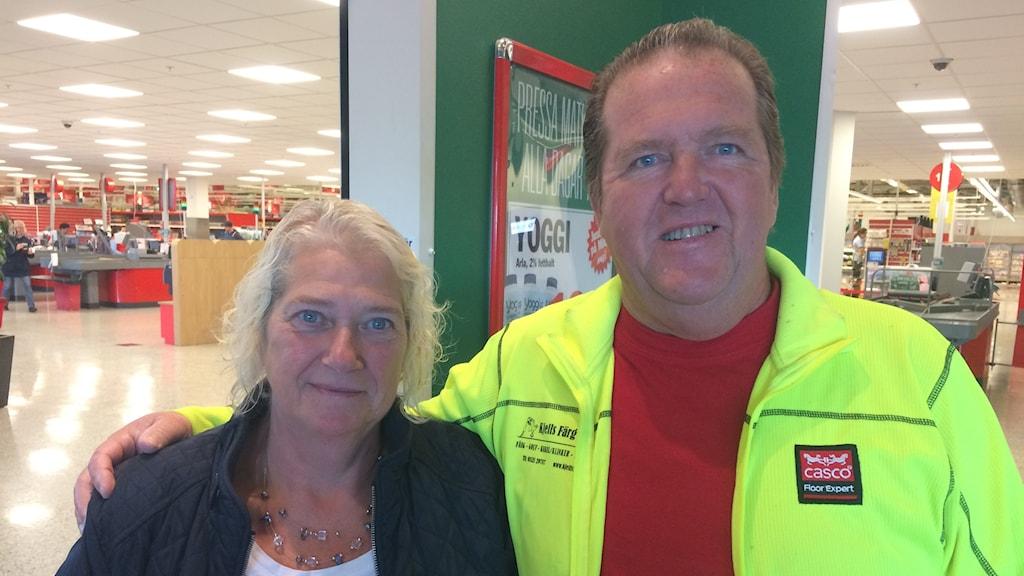 Lena och Lennart Dahlqvist från Nygård välkomnar den nya plaststrategin. Här på väg in för att handla mat på ICA Maxi på Torp.