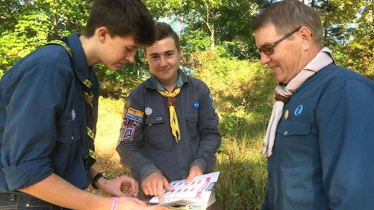 Scouter  som diskuterar märken
