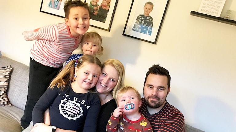Erika och Glenn Lindén, och deras fyra barn Bella, Eddy, Lenny och Lisen, som alla sitter i en soffa i familjens hem.