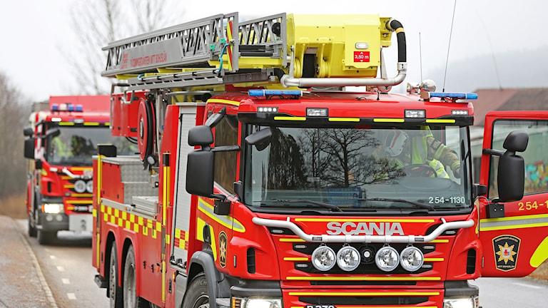 Räddningstjänst från Uddevalla, Munkedal och Hedekas larmades till branden i en lagerbyggnad i Hedekas.