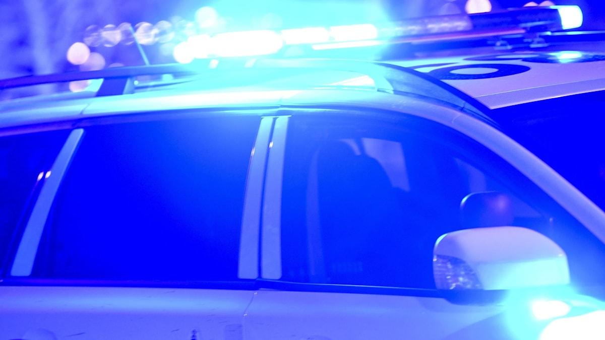Bild på en polisbil med påslaget blåljus.