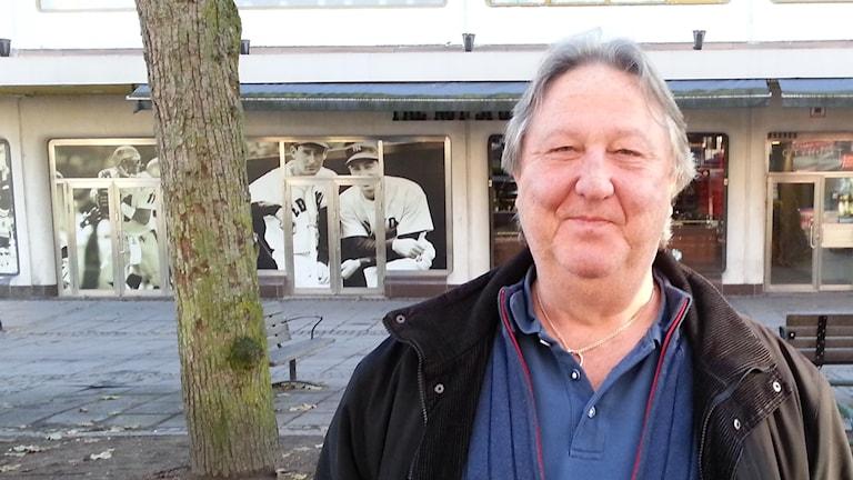 Stefan Björkenstam står utomhus i stad