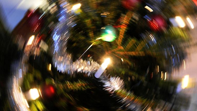 Bild på en julgran som är fotograferad med rörelseoskärpa.