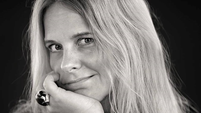 Svartvitt porträtt av Karin Stammarnäs