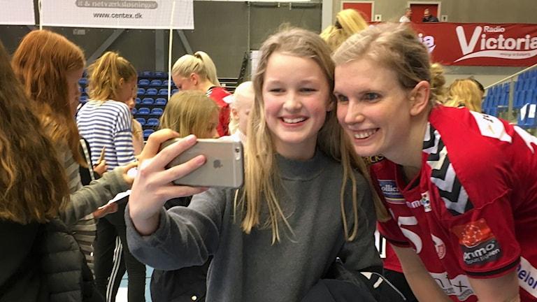 Ung tjej tar en selfie med Jenny Alm.