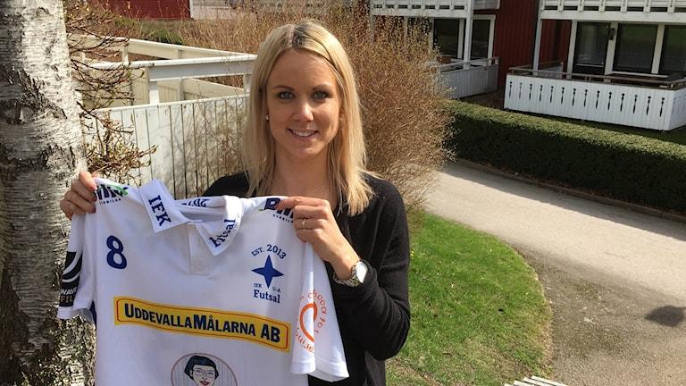 Sandra Bagger håller upp sin nya matchtröja.