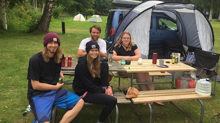 Jenny Pitz och Lukas Volbert med en del av sitt resesällskap under Sverigevistelsen