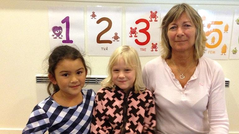 Föreskolebarnen Maja Kindstedt och Hilda Petzäll sitter bredvid barnskötare Elisabeth Bladh