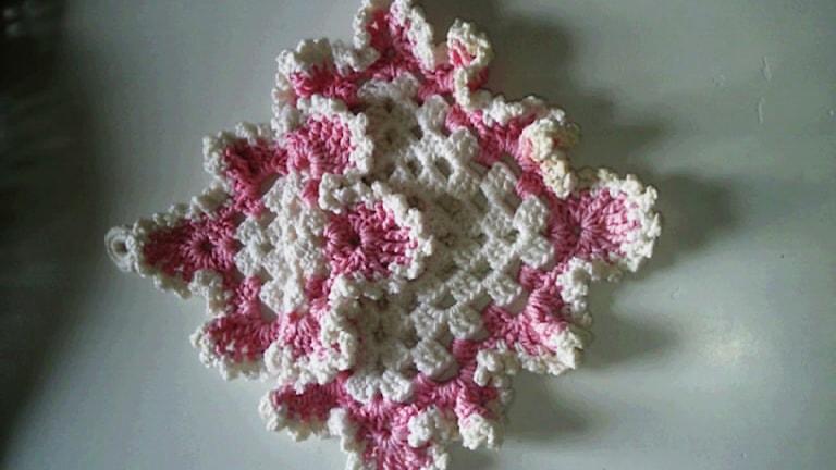 En rosa och vit grytlapp
