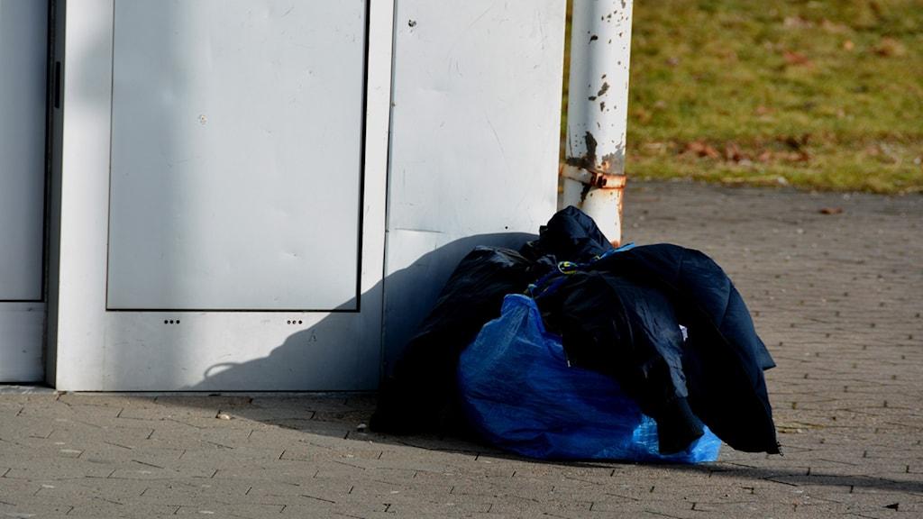 En påse med en tiggares tillhörigheter står utanför en butik. Foto: Mikael Berglund/NyheterSTO