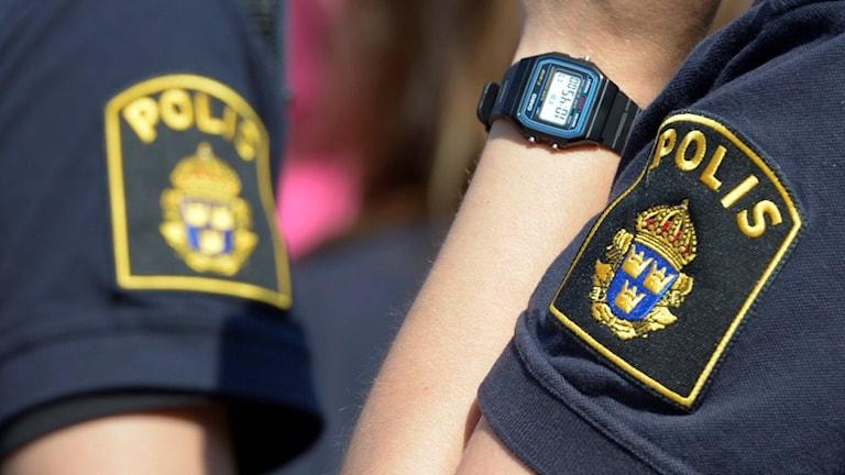 Närbild på polisens emblem på en tröjärm. Foto: Bertil Enevåg Ericson / TT
