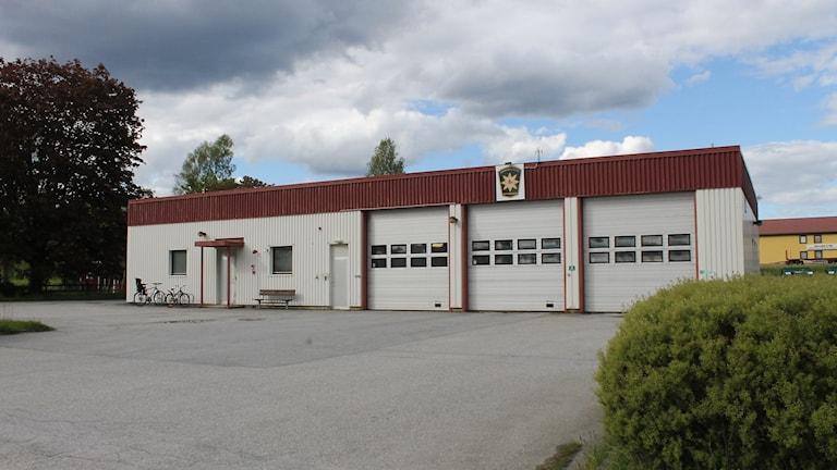 Bild på Hedekas brandstation i grått dagsljus