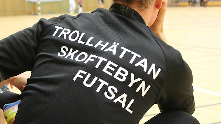En bild på en rygg där det står Skoftebyn futsal.