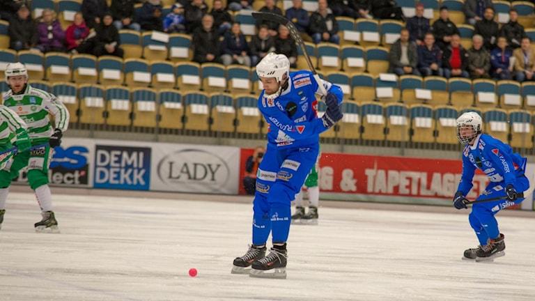 Joakim Hedqvist i IFK Vänersborg skjuter ett skott.