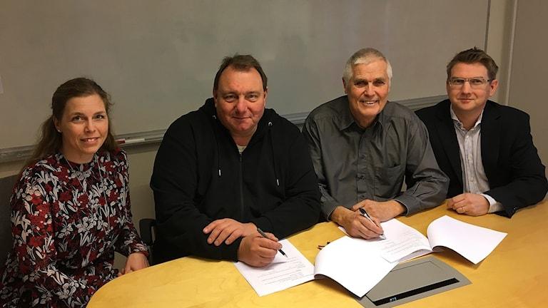 Köpekontraktet undertecknades under fredagen av från vänster kommunchef Maria Vikingsson, kommunalrådet Mats Abrahamsson (M), Ronald Hagbert, ordförande i Sotenäsbostäder och Mattias Jakobsson, vd för Sotenäsbostäder.