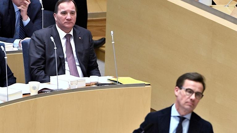 Bild på statsminister Stefan Löfven och moderaternas partiledare Ulf Kristersson i Riksdagen.