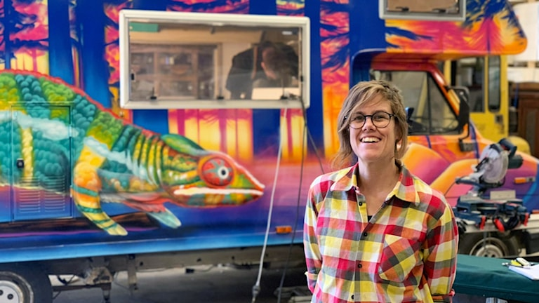 Annika Wahlström framför det färgglada pop up-biblioteket.