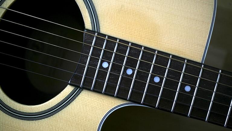En akustisk gitarr.