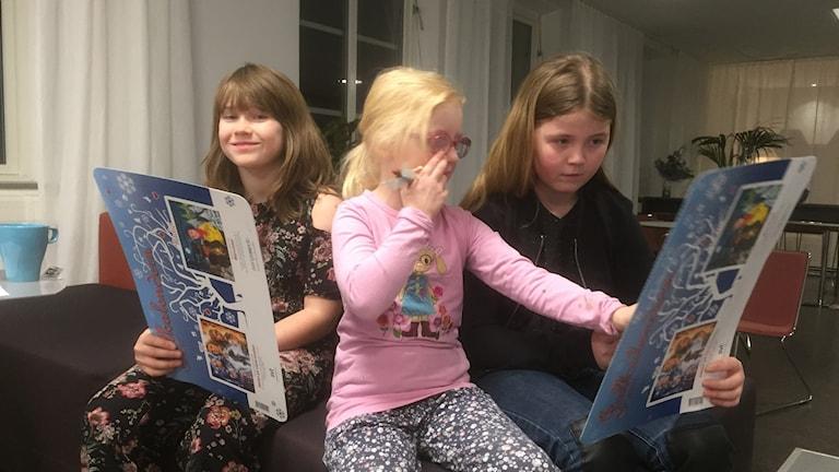 Här är P4 Västs julkalenderspanel. Ella Larsson Fay, 9, Hogstorp, Nellie Orvarsson, 6, Henån, Malvina Orvarsson, 11, Henån.