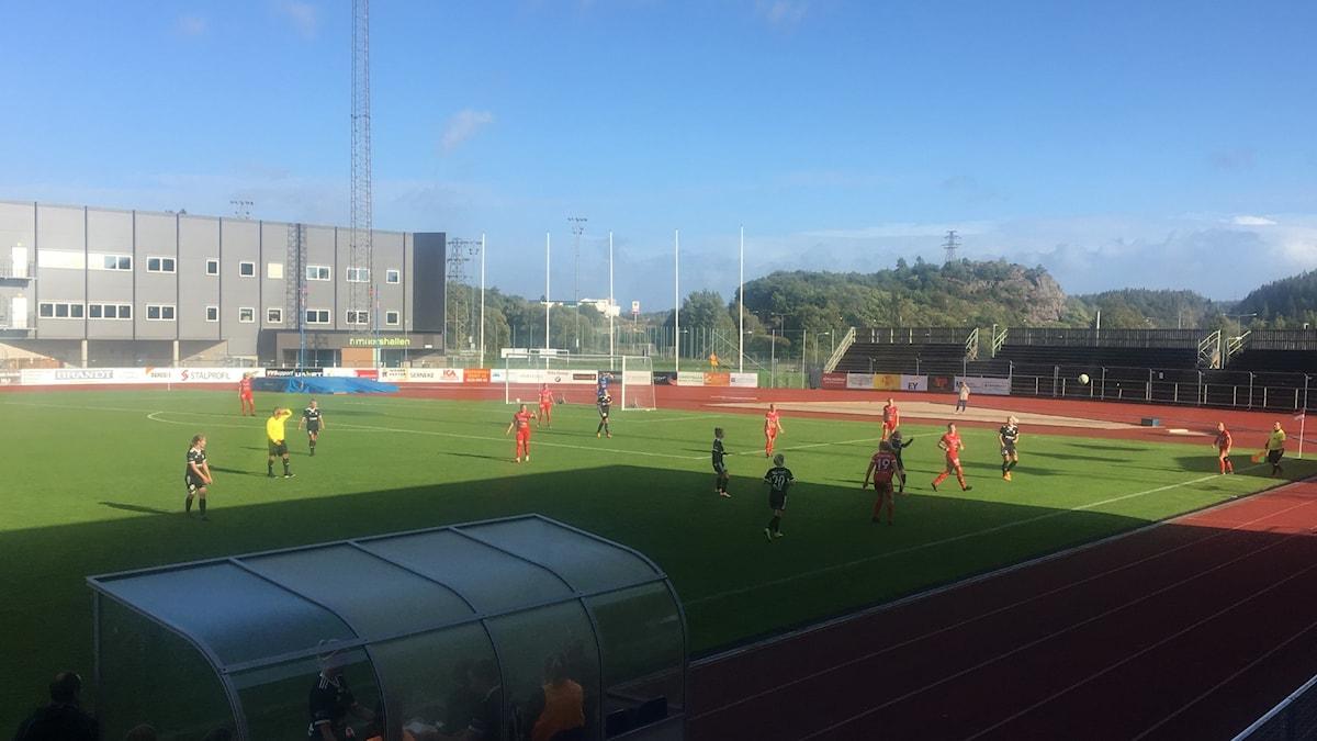 Spelarna i Rössö och Lödöse/Nygård möts i damernas division 1-fotboll
