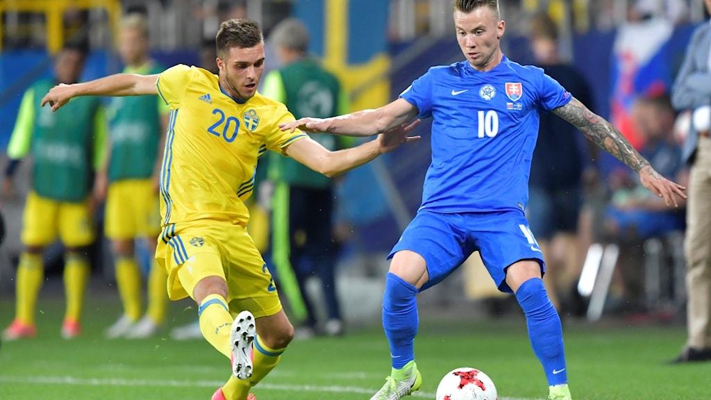 Sveriges Egzon Binaku (20) i kamp med Albert Rusnák (10) under den avgörande gruppspelsmatchen i U21 EM mellan Slovakien och Sverige på Arena Lublin.