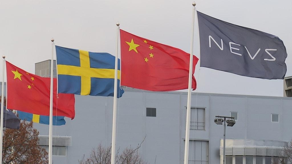 Kinesiska och svenska flaggor vajar utanför Nevs i Trollhättan.